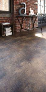 Brique rougemarron avec sol vinyle vieilli
