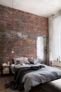 Mur en brique rouge nuancée, avec sol en bois vieilli