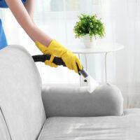 Comment nettoyer un canapé en tissu ? Recettes de grand-mère