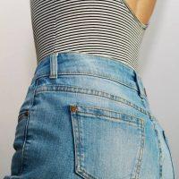 Comment bien porter le pantalon taille haute cet été ?